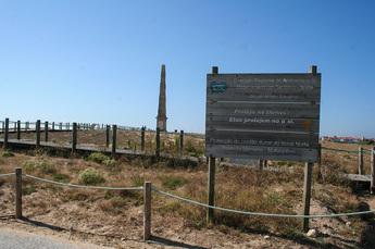 Denkmal E Obelisco im Dünen-Naturpark und Camino-Wegmarkierung