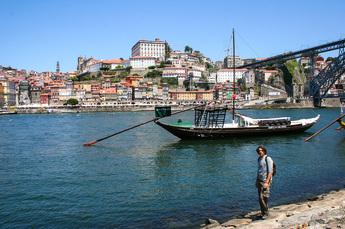 Porto: Blick auf Bogenbrücke Ponte Luís, Altstadt und Portwein-Boote am Duoro