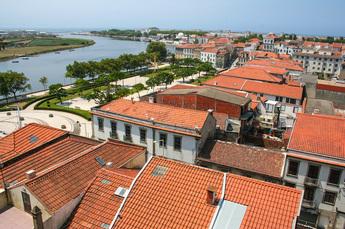 Blick auf die Dächer der gemütlichen Hafenstadt Vila do Conde