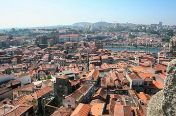 Blick über die Dächer Portos und auf den Duoro