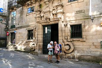 """Pilgerbüro von Santiago: Hier erhalten Sie die wohl verdiente Pilgerurkunde """"La Compostela"""""""