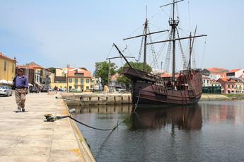 Nachbau einer portugiesischen Galeone im Hafen Vila do Conde