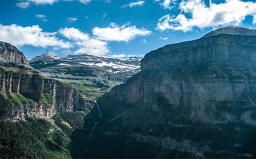 Die Ordesa-Schlucht von oben. Im Hintergrund der Monte Perdido