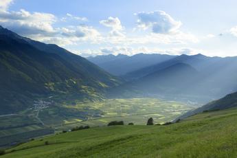 Im südlichen Abschnitt weitet sich das grüne Vinschgau merklich
