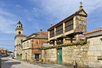 """Ein """"Hórreo"""" (Galicischer Kornspeicher) im Küstenort Vilanova de Arousa (Ziel des 6. Tages)"""