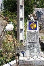Die gelbe Muschel weist den Jakobsweg kurz vor Santiago (10. Tag)