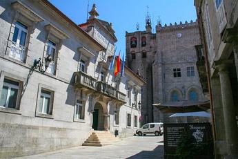 Rathaus und Kathedrale in der Altstadt von Tui