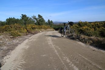 In Galicien werden vielerorts die Jakobswege saniert und so sieht das Ergebnis aus: Die planierte Piste gibt dem Wanderer Dämpfung und den Radfahrern genug Griff!