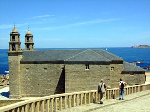 """Die Pilgerkirche """"A Virxe da Barca"""" in Muxia scheint sich der Atlantikbrandung entgegenzustellen!"""
