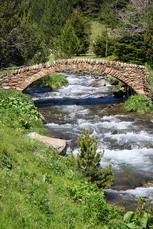 … und diese tolle Natursteinbrücke liegt mittendrin.