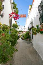 Typisch weißes Dorf: Die weiß getünchten Fassaden werden mit Blumen farbenfroh geschmückt