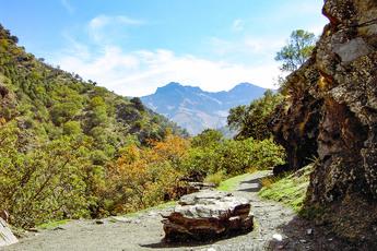 Nachdem ein Pass überquert wurde, geht es in das deutlich grünere Hochtal von Trevélez (4. Tag)…