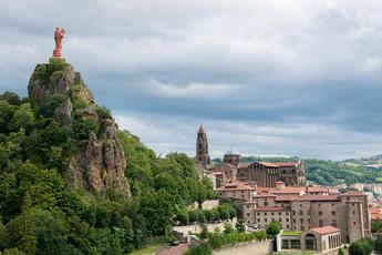 Die beindruckende Silhouette von Le-Puy-en-Velay wird von der Marienstatue geprägt…