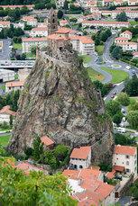 """… und auf der nächsten Basaltkuppe (""""Puy"""") thront die romanische Kapelle Saint-Michel"""