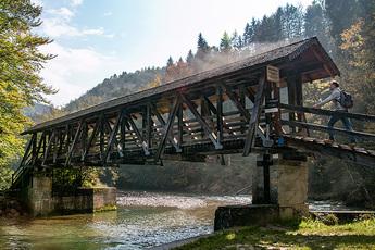 Die Ammerschlucht gilt als der Grand Canyon Bayerns und wird auf dieser Brücke überquert.