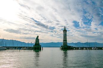 """Hafeneinfahrt zur Insel Lindau mit """"Bayerischem Löwen"""" und Leuchtturm"""
