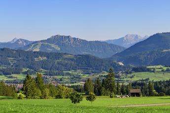 Prächtiger Panoramablick in die Allgäuer Alpen auf dem Weg nach Kempten
