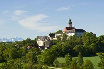 Das weltberühmte Kloster Andechs thront malerisch auf einer Hügelkuppe.