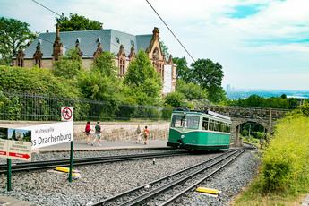 Wer es gemütlich mag, nimmt am 3. Tag die Drachenbahn hoch zum Drachenfels.