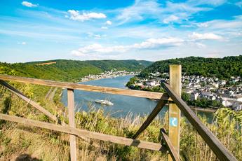 Auf der Filsener Ley wandern Sie entlang der Hangkante; schönste Rheinpanoramen inklusive
