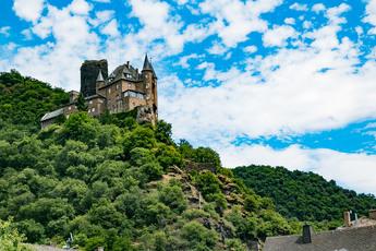 Oberhalb von St. Goarshausen thront Burg Katz.