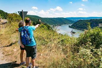 Kaub zur linken und den Pfalzgrafenstein mitten im Rhein im Blick wandern Sie nach Kaub…