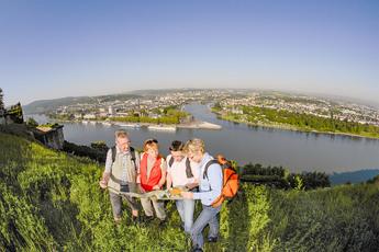 Dann sind Sie auch schon wieder am Rhein und haben dieses Pracht-Panorama auf Koblenz und das Deutsche Eck