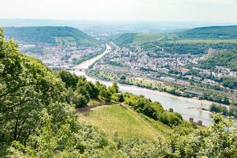 Auf der Wanderung nach Rüdesheim zeigen sich der Mäuseturm (auf der Rheininsel) und die Turmspitzen der Burg Ehrenfels