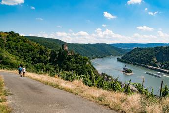 Mit Blick auf den Pfalzgrafenstein mitten im Rhein im Blick wandern Sie nach Kaub…