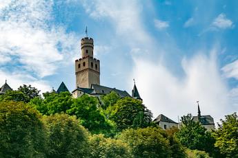 Direkt an der Marksburg vorbei wandern Sie dann am 3. Tag. Wer reingeht, erlebt Mittelalter pur!