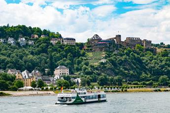 In St. Goarshausen genießen Sie diesen herrlichen Blick auf St. Goar mit der Burg Rheinfels.
