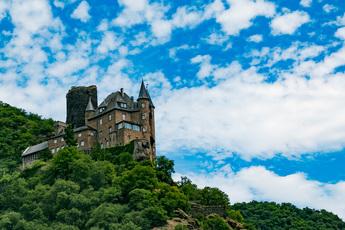 Mittelalterlich dunkel thront Burg Katz oberhalb von St. Goarshausen