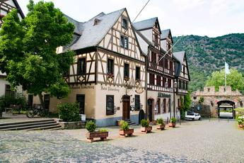 Zentraler Platz in Oberwesel mit dem mittelalterlichen Stadttor im Hintergrund