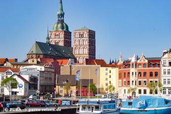Mit Rückblick auf Stralsund startet die erste Wanderung
