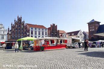 Auch der Marktplatz ist von den klassischen Backsteinbauten umgeben.