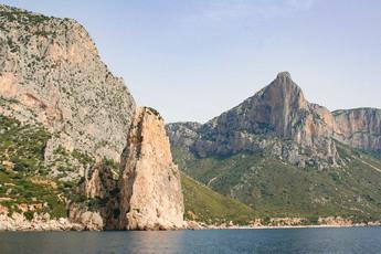 Spektakulär: Die Felsnadel Pedra Longa vom Wasser aus