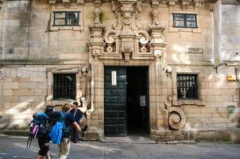 "Ab ins Pilgerbüro und die verdiente Urkunde ""La Compostela"" abholen"