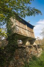 """Galicien: Da dürfen die """"schwebenden"""" Kornspeicher am Wegesrand nicht fehlen"""