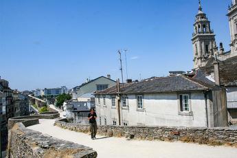 Über 2.000 Jahre alt: Die Stadtmauer von Lugo. Im Hintergrund: Der Turm der Kathedrale Santa Maria