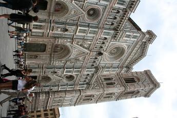 Hälse recken: Die gewaltige Kathedrale Santa Maria Fiore samt Glockenturm in Florenz