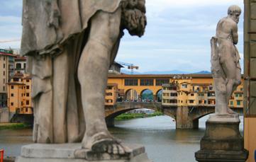 Skulpturenpark Florenz. Im Hintergrund die berühmte Ponte Vecchio