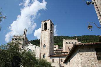 Gubbio: Blick von unten auf Kirche und Kommunal-Palast