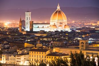 Blick über Florenz bei Nacht mit der Kuppel der Kathedrale Santa Maria Del Fiore