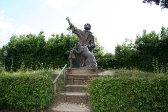 Statue zur Legende vom hl. Franziskus und dem Wolf in Gubbio