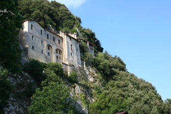 Das Kloster von Greccio klebt förmlich am Hang