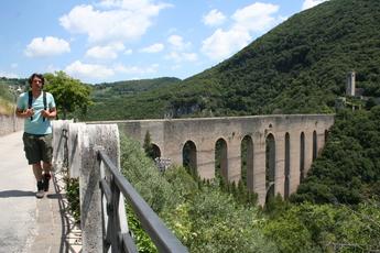 Über die historische Brücke Ponte Torri verlässt man Spoletto