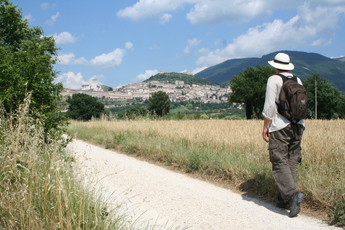 Pilger auf dem Weg nach Assisi. Links oben die Franziskus-Basilika