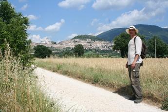 Die letzten drei km vor Assisi. Oben links ist die Franzisikus-Basilika schon zu sehen