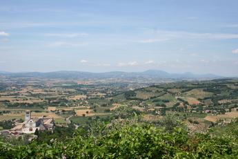 Blick von oben auf die Basilika des hl. Franziskus in Assisi