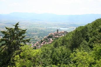 Blick vom Kloster auf das Bergdorf Poggio Bustone